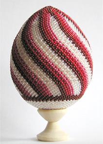 Суперизвестных мастеров, отдельных именно, занимающихся плетением пасхальных яиц из бисера я не нашла...